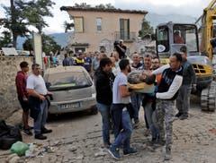 Ein Mann wird in Amatrice aus den Trümmern geborgen. (Bild: AP / Alessandra Tarantino)