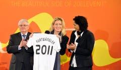 Der damalige Präsident des deutschen Fussbalbundes Theo Zwanziger, Maria Furtwängler und Steffi Jones, OK-Präsidentin der Fussball-Frauen-WM in Deutschland präsentieren im Januar 2011 das Trikot für die WM. (Bild: Keystone)