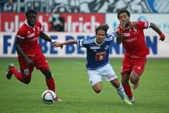 Luzerns Jahmir Hyka (M) gegen Sions Carlitos (R) und Pa Modou (L). (Bild: Philipp Schmidli)