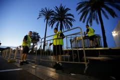 An der Promenade Des Anglais wurden Zäune aufgestellt, um die Unglücksstelle abzuriegeln. (Bild: AP Photo / Luca Bruno)