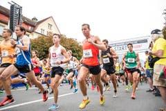 Die Läufer legen beim Start zum Halbmarathonein hohes Tempo vor. (Bild: Manuela Jans-Koch / Neue LZ)