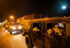 Ein Konvoi der Nationalgarde fährt durch die Strasse. (Bild: AP Photo / David Goldman)