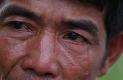 Opfer des Taifuns: Gerardo Barcilla erzählt in einem Interview von seinen Erlebnissen - ohne Tränen geht das auch ein Jahr nach dem Sturm noch nicht. Der 47-jährige Fischer verlor seinen Sohn, sein Haus und sein Boot. (Bild: Keystone)