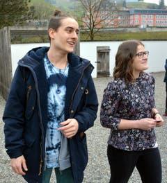 Yanick Monaco und Jana Näpflin auf dem Weg zur Ausstellung der Abschlussarbeiten ihrer Abschlussarbeiten. (Bild: Romano Cuonz/Neue NZ)