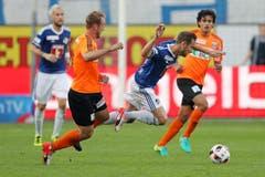 Luzerns Jerome Thiesson fällt hin. (Bild: Philipp Schmidli / Luzerner Zeitung)