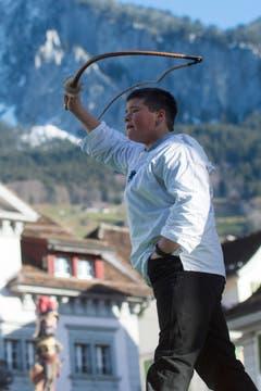 Unter dem Chrüzlistreich versteht man im Hauptort Schwyz die kunstvolle Bewegung, die mit dem Geisselseil ein Kreuz über dem Kopf des Spielers beschreibt. (Bild: Keystone / Urs Flüeler)