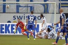 Der Basler Breel Embolo bezwingt den Luzerner Torhüter David Zibung und schiesst den Ausgleich zum 1:1 für den FC Basel in der ersten Halbzeit. (Bild: Keystone / Walter Bieri)