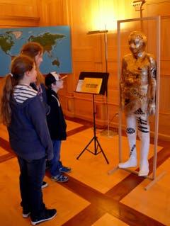 Junge Besucher bewundern Tekla Feublis Modepuppe. (Bild: Romano Cuonz/Neue NZ)