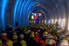 Bauarbeiter verfolgen den erfolgreichen Durchstoss der Weströhre am Ceneri-Basistunnel. (Bild: Keystone)
