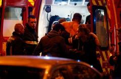 Ein Verletzter wird vom Rettungsdienst erstversorgt. (Bild: EPA/Etienne Laurent)