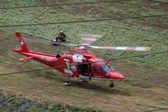 Ein Rega-Helikoper hebt ab, um Verletzte in ein umliegendes Spital zu fliegen. (Bild: Keystone)