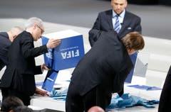 Also doch: Die Abstimmungscouverts landen auf dem Tisch. (Bild: AP Photo / Michael Probst)