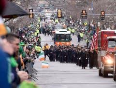 Die Feuerwehrleute aus Massachusetts nehmen an der jährlichen Parade in Boston teil. (Bild: Keystone)