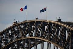 In Sydney wird bei der Harbour Bridge die französische Flaggen gehisst. (Bild: EPA/Dan Himbrechts)