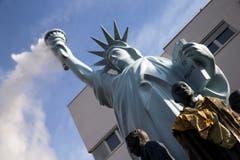 Wenn die Freiheitsstatue raucht undschmaucht – ein künstlerischer Denkanstoss. (Bild: EPA / Etienne Laurent)
