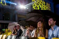 Mit dem Regenschirm auf die Piazza Grande. (Bild: Keystone)