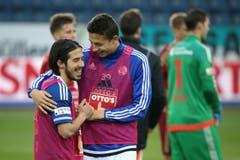 Luzerns Remo Arnold (rechts) beglückwünscht Jahmir Hyka nach dem Spiel. (Bild: Philipp Schmidli)