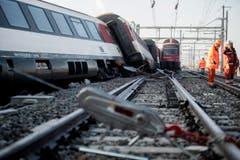 Der verspätete Interregio-Zug von Zürich nach Schaffhausen fuhr auf dem Aussengleis durch den Bahnhof, als die S-Bahn die Fahrt in die gleiche Richtung aufnahm. (Bild: Keystone / Ennio Leanza)