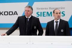 Luganos Trainer Doug Shedden, links, und Assistent Pat Curcio, rechts, sind enttäuscht nach der Partie. (Bild: Keystone/PASCAL MULLER)