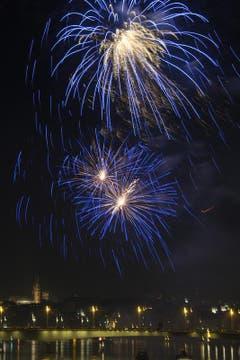 Feuerwerk über dem Rhein in Basel (Bild: Keystone)