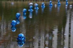 Schon ganz blau: Figuren des Argentiniers Pedro Marzorati sollen an den steigenden Meeresspiegel erinnern. (Bild: AP Photo/Francois Mori)