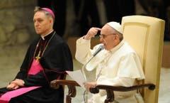 """""""Oh wie ich gerne eine arme Kirche für die Armen hätte"""": sagte Papst Franziskus am 16. März. Zu seiner Rechten Georg Gänswein, deutscher Bischof und einer seiner beiden Privatsekretäre des Papstes. (Bild: Keystone)"""
