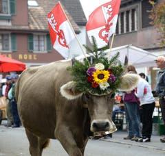 Blumenschmuck für den Abschied von der Alp. (Bild: Robert Hess (Neue OZ))