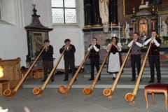 Die Alphorngruppe umrahmt den Gottesdienst musikalisch. (Bild: Robert Hess (OZ))