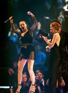 Katy Perry freut sich über die Auszeichnung Best Female. (Bild: Keystone)
