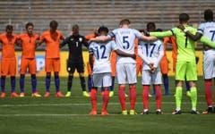 Trauerminute im Spiel der U-19 Europameisterschaft in Ulm zwischen den Niederlanden und England. (Bild: EPA/Marijan Murat)