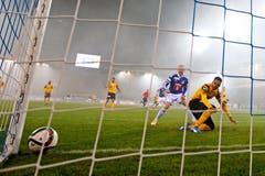 YBs Gregory Wüthrich (rechts) erzielt unter Druck durch Luzerns Marco Schneuwly ein Eigentor zum 2:0. (Bild: Philipp Schmidli / Neue LZ)
