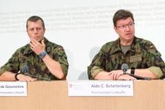 29. August: Aldo C. Schellenberg, Kommandant der Luftwaffe, und Pierre de Goumoens, ZSO Kommandant Luftwaffe, von rechts, informieren über das Verschwinden des F/A-18 Flugzeugs der Armee im Sustengebiet. (Bild: LUKAS LEHMANN)