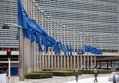 Am Hauptsitz der EU in Brüssel wehen die Fahnen auf Halbmast. (Bild: AP Photo / Virginia Mayo)