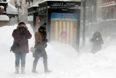 Ein Blick ennet den Pazifik offenbart tiefen Winter: In Boston bläst der Wind den Passanten Schnee ins Gesicht. (Bild: AP Photo/Michael Dwyer)
