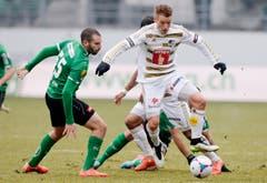 Der St.Galler Nisso Kapiloto, links, und der Luzerner Oliver Bozanic kämpfen um den Ball. (Bild: Keystone)