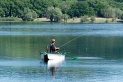 Die Gelassenheit dieses Fischers, am idyllischen lac de panthier - das wünsche ich allen, welche in diesen Tagen in die Ferien verreisen. (Bild: Georgette Baumgartner-Krieg)