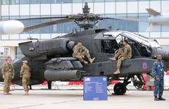 Personal der U.S Army machen eine Pause beim Boeing Helikopter AH-64D Apache Longbow. (Bild: Jacques Brinon)