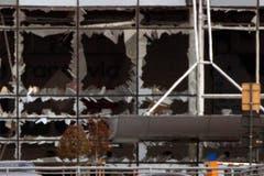 Die Fassade der Empfangshalle am Brüsseler Flughafen Zaventem ist völlig in Brüche gegangen. (Bild: AP / Peter Dejong)
