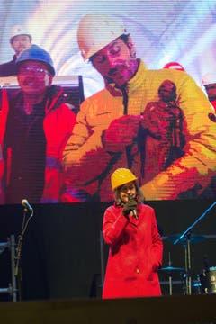 Giovanna Masoni Brenni, Regierungsraetin von Lugano, spricht zu den Bauarbeitern. (Bild: Keystone)