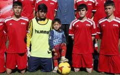 Murtaza ist als Fan ein Star: Die lokalen Fussballer gehen für ihn in die Knie. (Bild: Epa / Jawad Jalali)