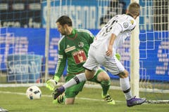 Luzerns Goalie David Zibung (links) bleibt das Nachsehen im Zweikampf gegen um den Ball gegen Luganos Mattia Bottani. (Bild: Keystone / Marcel Bieri)
