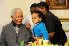 Nelson Mandela feiert mit seinen Grosskindern seinen 94. Geburtstag. (Bild: Keystone)