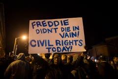 «Freddie starb nicht umsonst! Bürgerrechte noch heute!» steht auf dem Transparent, das Demonstranten in die Höhe halten. (Bild: EPA/ John Taggart)