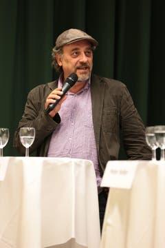 Die Kandidaten selbst sorgten mit einigen Aussagen ebenfalls für Erheiterung im Publikum. So sagte Andreas Fagetti, der sich in Bern am «ehesten den Grünen» anschliessen würde, auf die Frage eines Zuschauers, ob er einem zweiten SVP-Bundesrat die Stimme geben werde: «Wenn ein zweiter SVP-Vertreter, dann eine wirklich liberale Figur.» (Bild: Roger Zbinden / Neue NZ)