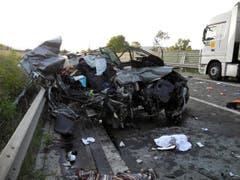 Auf der A4 zwischen Goldau und Küssnacht hatte sich am 7. August ein schwerer Verkehrsunfall ereignet. Zwei Personen kamen ums Leben, zwei weitere mussten mit der Rega ins Spital geflogen werden. (Bild: Kantonspolizei Schwyz)