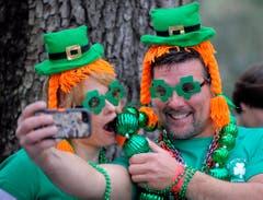 Ein Pärchen posiert während der 190. St.Patrick's-Day-Parade in Savannah für ein Selfie. (Bild: Keystone)