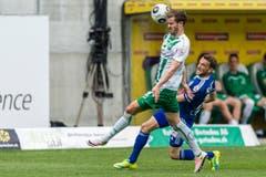 Roy Gelmi von St. Gallen, links, und Jakob Jantscher von Luzern, rechts, spielen um den Ball. (Bild: (KEYSTONE/Sebastian Schneider))