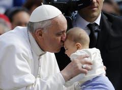 Franziskus herzt ein Kind während der Generalaudienz. (Bild: Keystone)