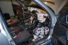 Im Auto wimmelte es nur so vor Zigaretten-Schachteln. Jeder noch so kleine Hohlraum wurde ausgenutzt. So auch das komplette Armaturenbrett und das Airbag-Fach. (Bild: Eidgenössische Zollverwaltung)