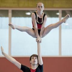 Malin Geyer und Simon Bächli vom NSW Akro + Getu Winterthur beim Akrobatikturnen. (Bild: Pius Amrein)
